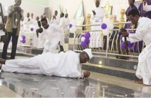 Aare Ona-Kakanfo Gani Adams prostrates in church during service