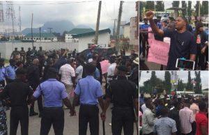 Video: Nigerians storm Police Headquarters, demand release of Premium Times Journalist, Ogundipe
