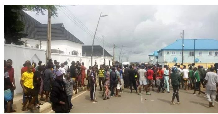 Breaking(Video) Residents chase EFCC out of Ambode's house
