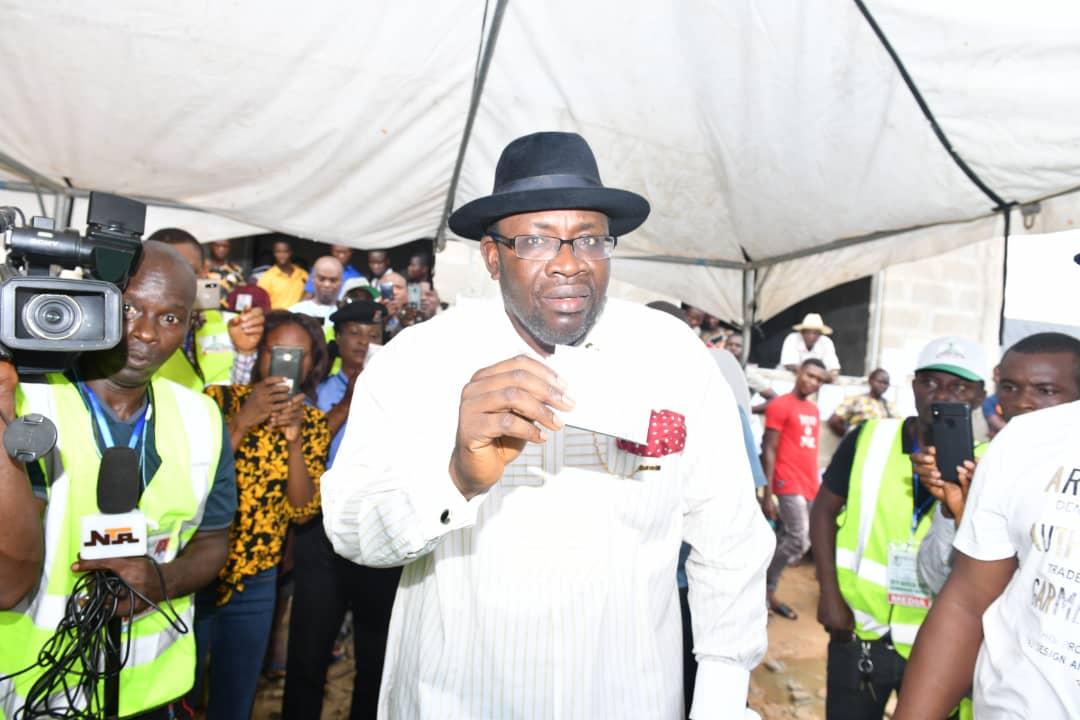Governor Seriake Dickson of Bayelsa state casts his vote